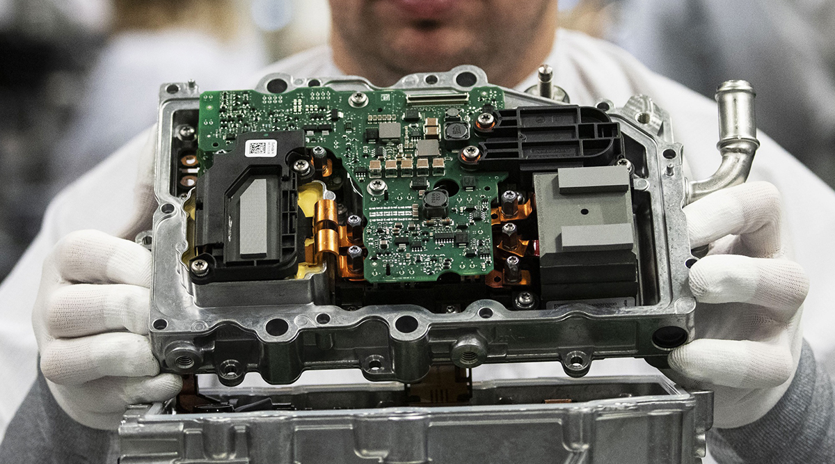 A converter component for hybrid and electric vehicles