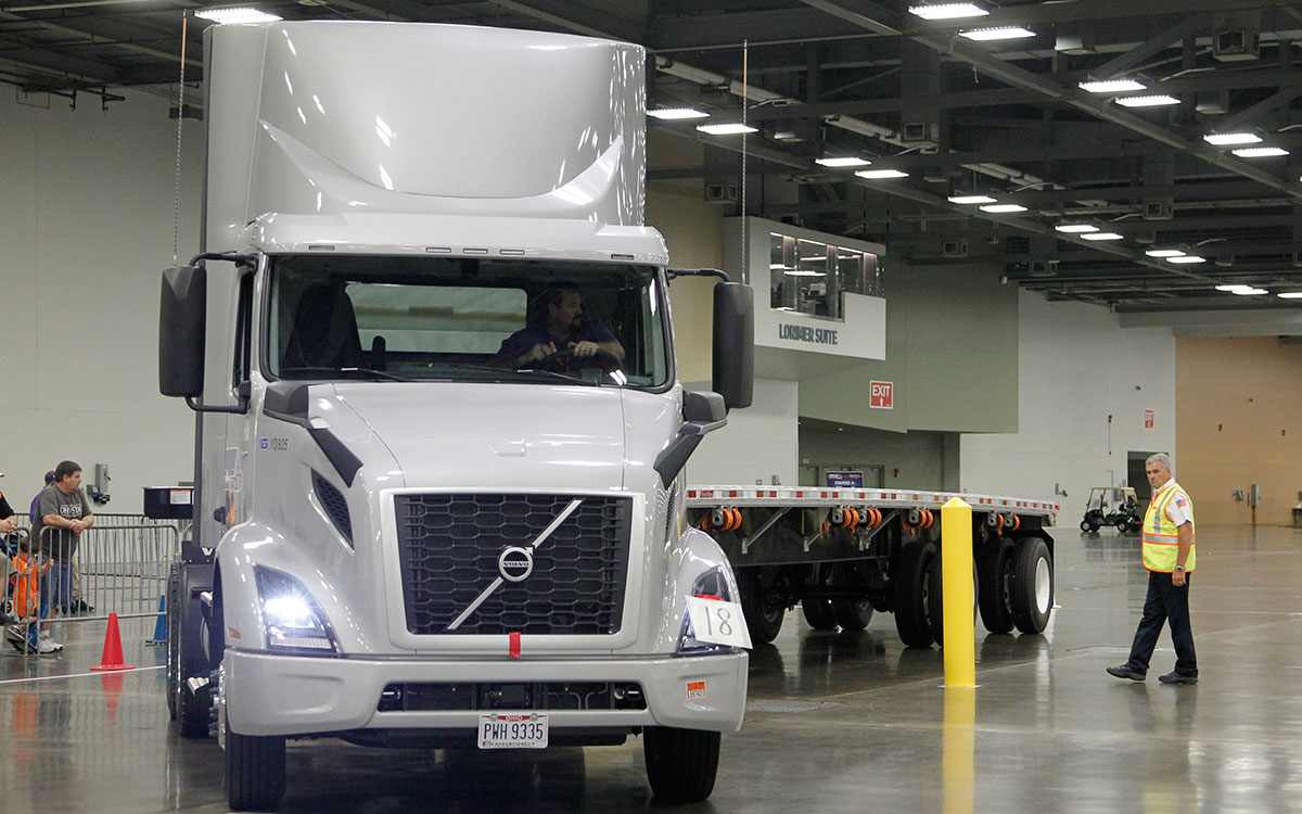 A Flatbed division driver navigates the finals course