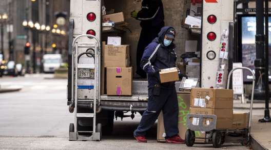 Drivers for an independent contractor to FedEx unload a ground truck in Chicago. (Christopher Dilts/Bloomberg News)