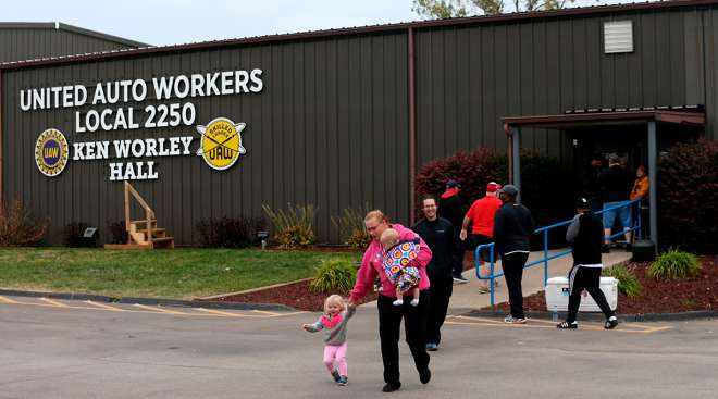 UAW member votes on GM contract